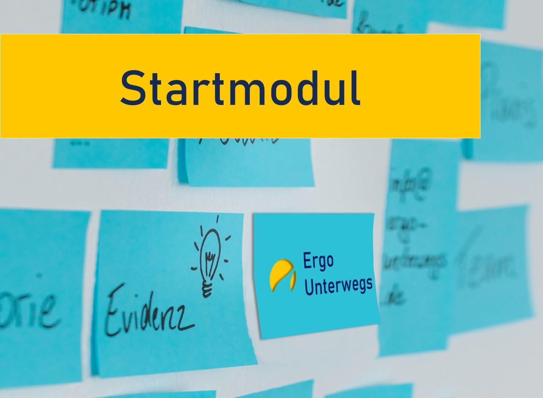 Im Hintergrund kleben blaue Postits an einer weißen Wand. Auf den Postits ist das Ergo Unterwegs Logo zu sehen, außerdem die Begriffe Evidenz, Ergotherapie usw. Im Vordergrund steht Startmodul auf gelben Hintergrund.